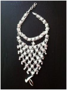 Hand smycke i silver metall.