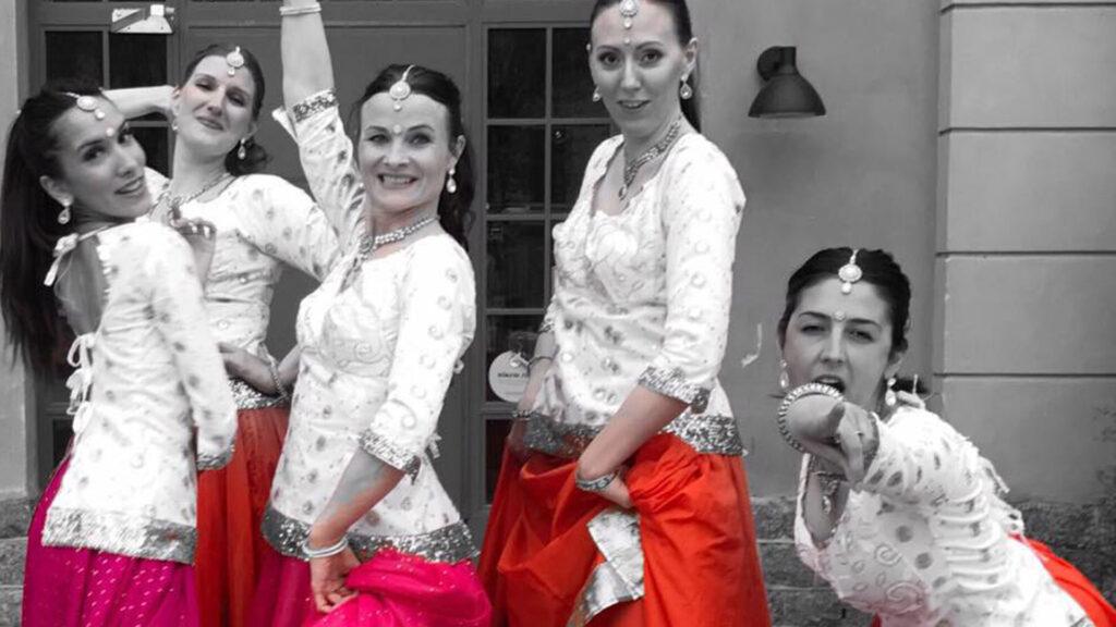 Dansöser poserar framför kameran